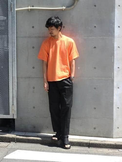 スタイリングの魅力を引き立てる。オレンジアイテムをうまく使ったメンズコーデ