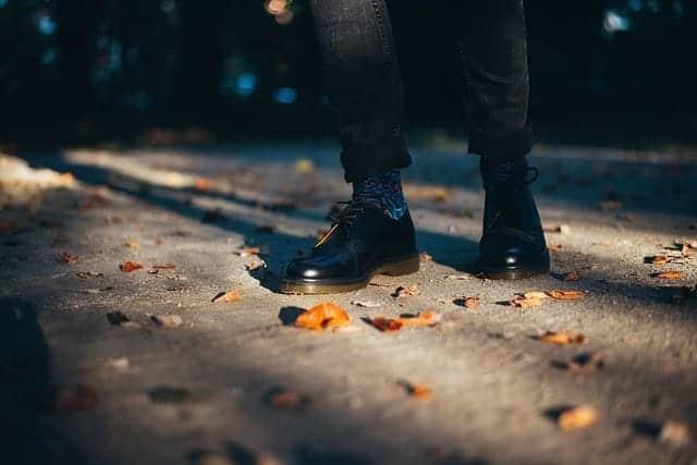 靴を履いて足が痛くなるときは要注意!男性の外反母趾(ぼし)の原因と対策
