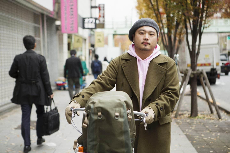 〈スニーカーで通勤する、あの人の朝の過ごし方 vol.1〉アパレルPR・平沼久幸さんの一日を自分らしく過ごすルーティーンとファッション