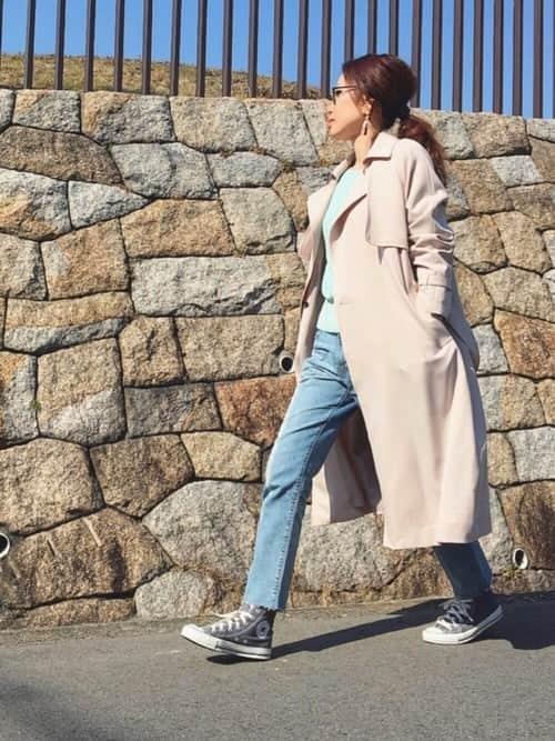 """春のおしゃれに""""淡色スニーカー""""、フェミニン×カジュアルな春コーデ10選"""
