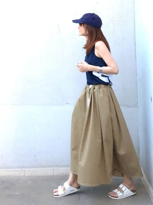 スニーカー×チノスカート、夏から秋まで使えるレディースコーデ7選