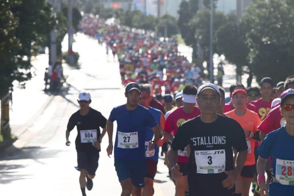沖縄の海を見ながら走る『エコアイランド宮古島マラソン』は暑かった……