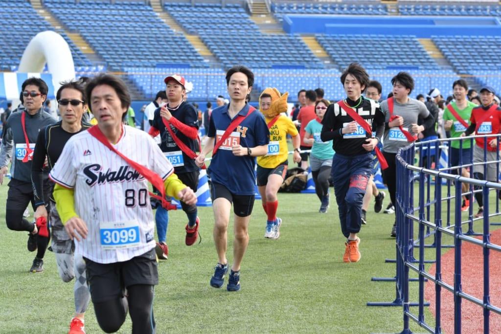 """あの""""神宮球場""""を親子で走ってつば九郎とハイタッチ!神宮球場リレーマラソンの魅力"""