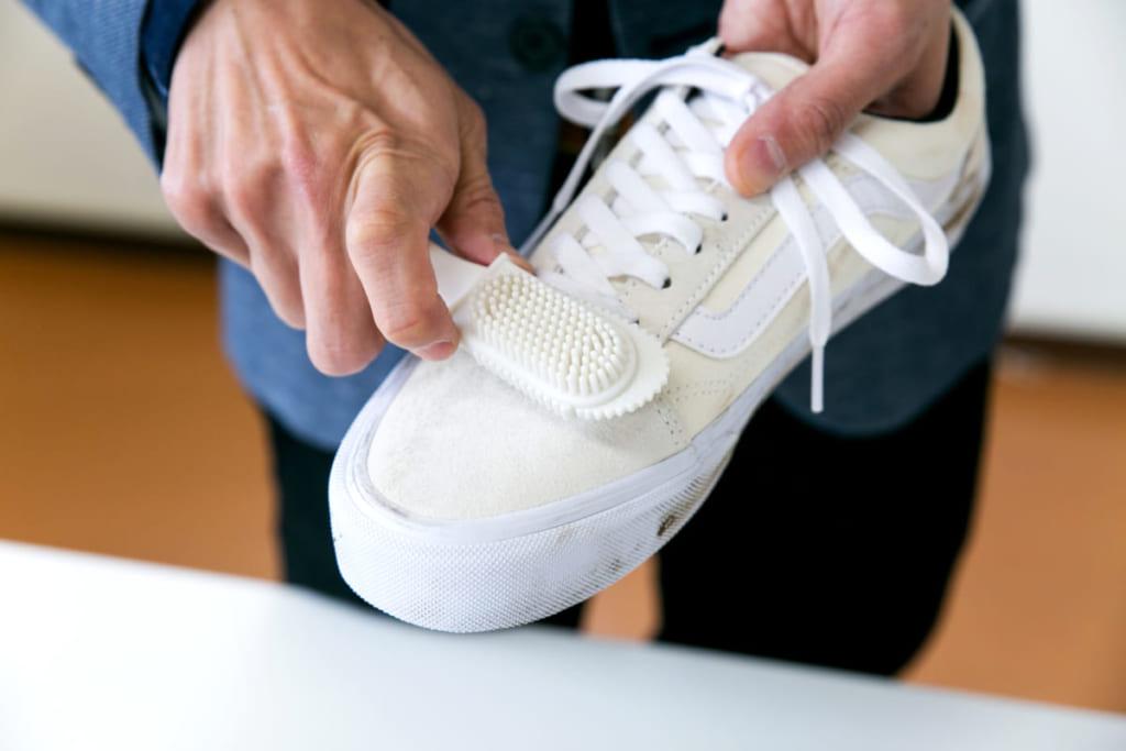 消しゴムを使った白スニーカーの手入れ方法〈スウェード素材〉を専門家に聞く
