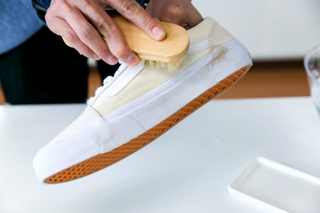 専門家に聞く!〈レザー素材〉の白スニーカーのケアはスプレータイプで放置OK
