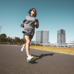 マラソンランナーモデル・佐野千晃さんがサッカニーのシューズを試し履き!&インタビューレポート