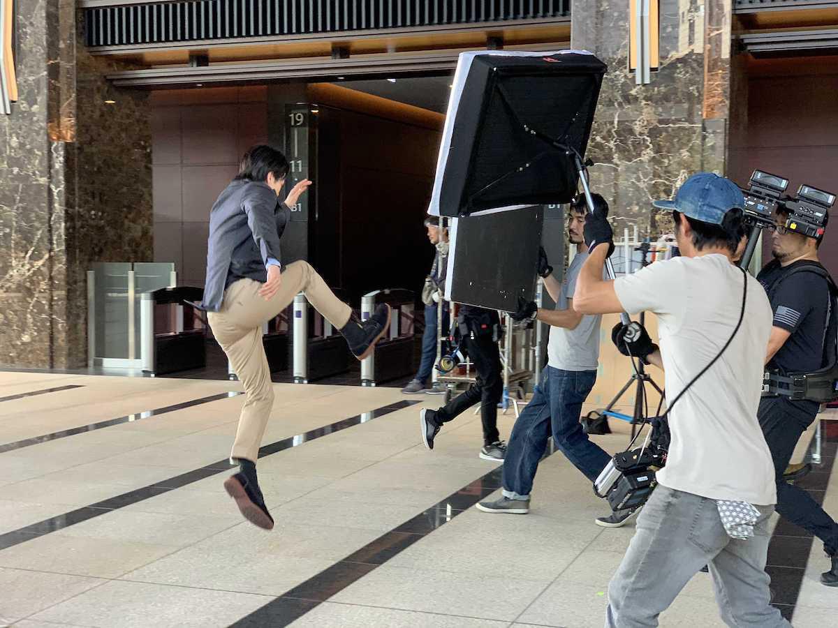 中村倫也がカジュアル&ビジネスシーンで履きこなす!ホーキンス・トラベラーTVCM撮影オフショット&インタビュー<潜入レポート>