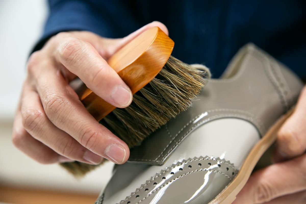 正しいケアで長く愛せるエナメル素材の靴に