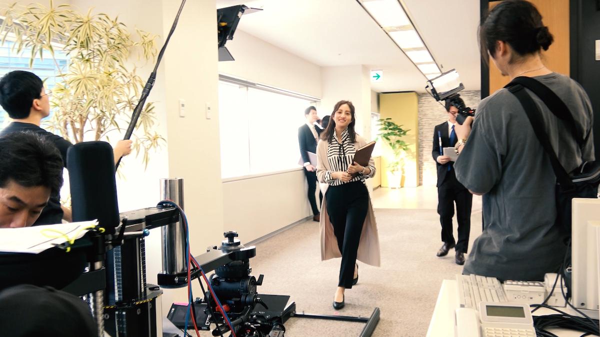 堀田茜が憧れの働き女子役で出演!ヌオーヴォお仕事FitパンプスTVCM撮影現場インタビュー<潜入レポート>