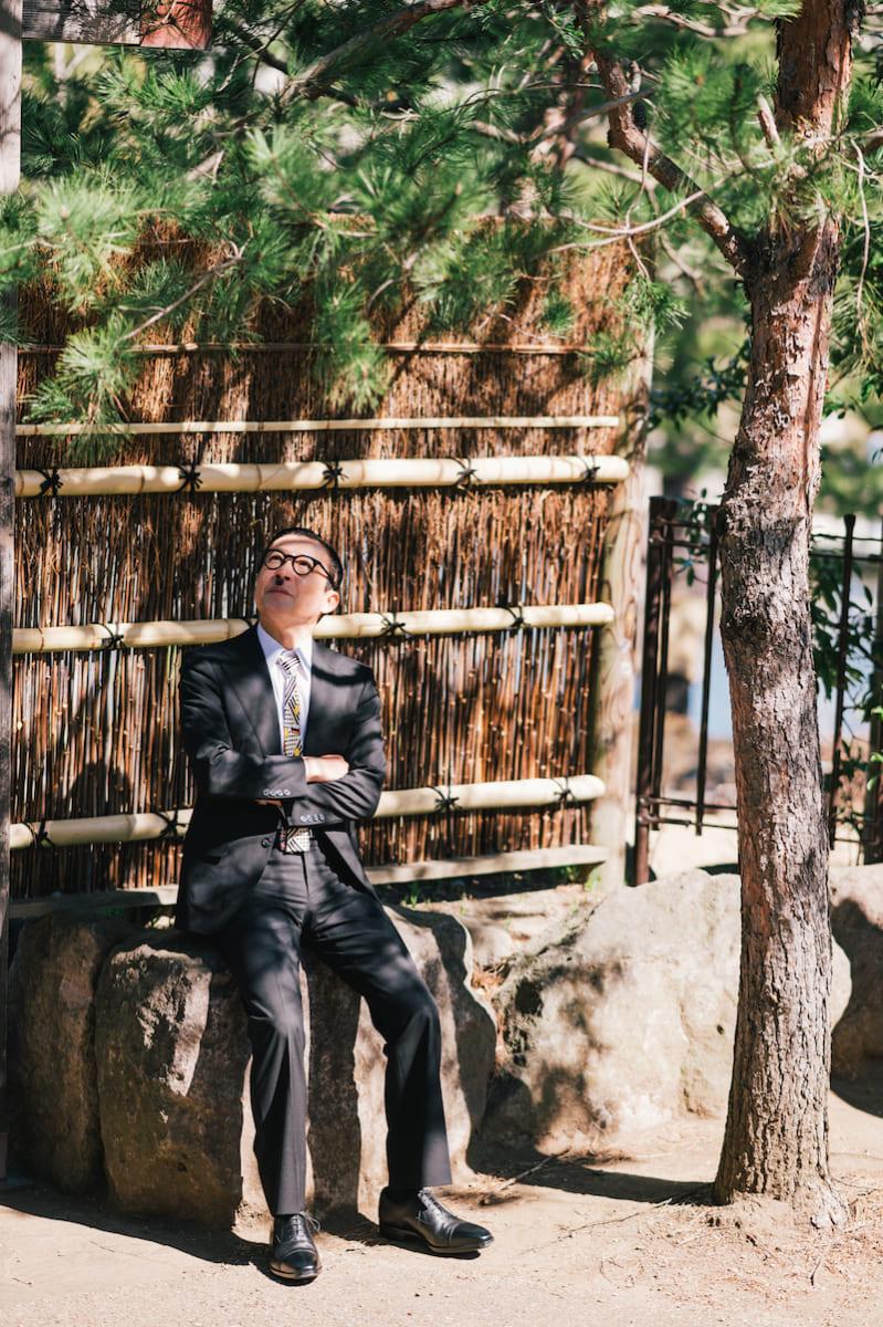 """スーツが私服の""""昭和芸人""""岩井ジョニ男が「走れるビジネスシューズ」で実際に走ってみた"""