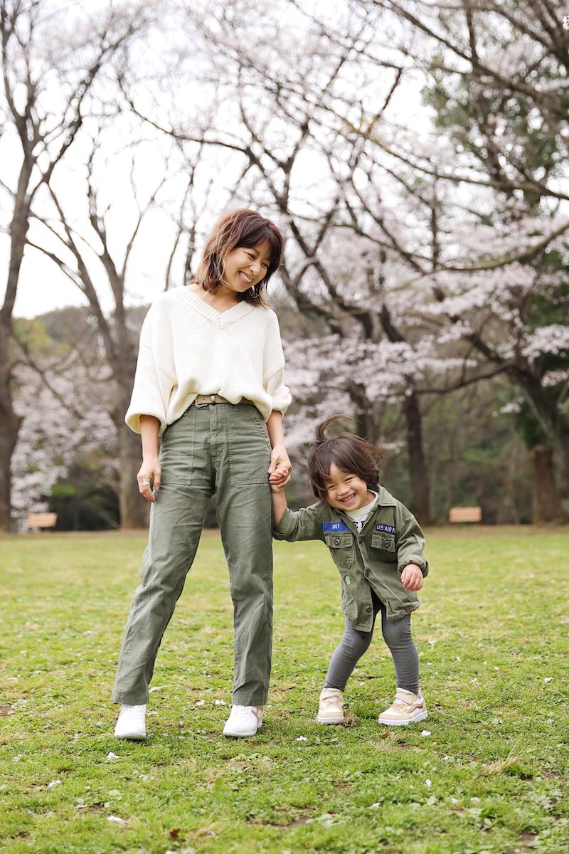 公園遊びもオシャレしたいママ友会もこの1足!ネルソン彩子さんのフラットライト春コーデ&子育てインタビュー