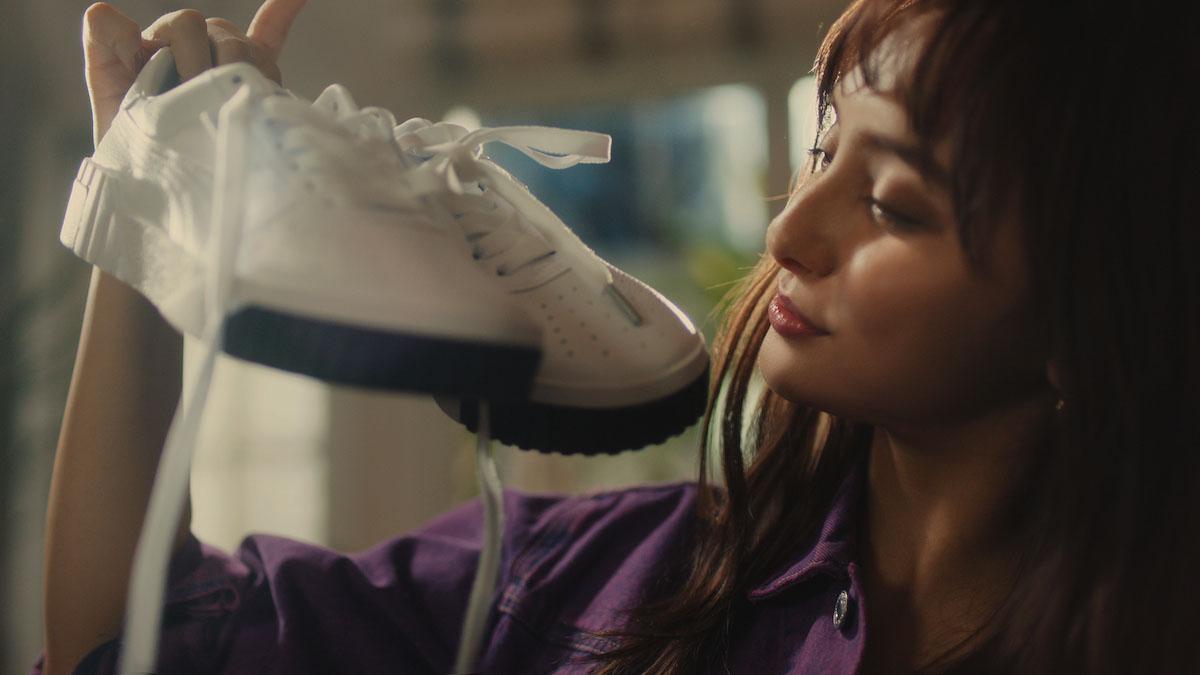 <潜入レポート>モデル・女優の石田ニコルがL.Aガールズスタイルで履きこなす、プーマ・CALIのTVCM撮影に潜入!