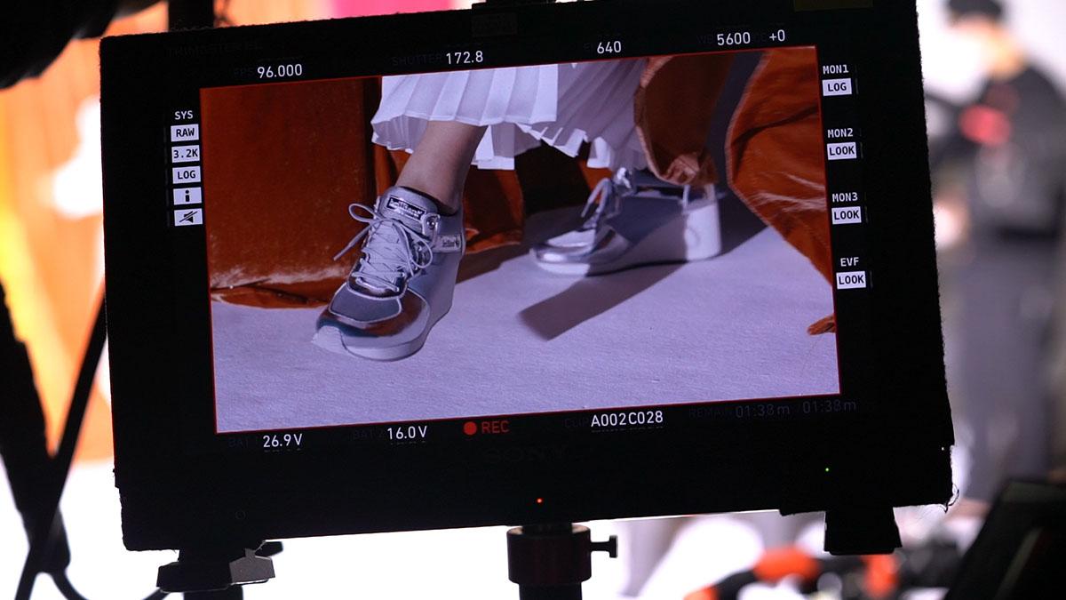 <潜入レポート> モードでファッショナブル、脚長効果も!モデル・神山まりあが出演するホーキンス・ブリリアントTVCM撮影現場をリポート!
